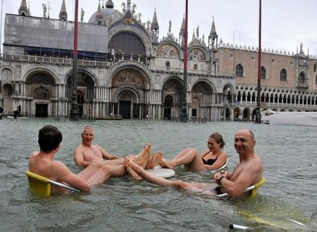people-floating-table-venice-flooding_61183_600x450